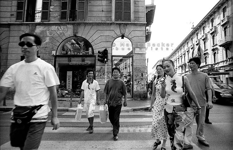 Milano,  quartiere Sarpi - Chinatown. Attraversamento pedonale in Via Bramante angolo Via Paolo Sarpi --- Milan, Sarpi district - Chinatown. Crosswalk in Bramante and Paolo Sarpi streets