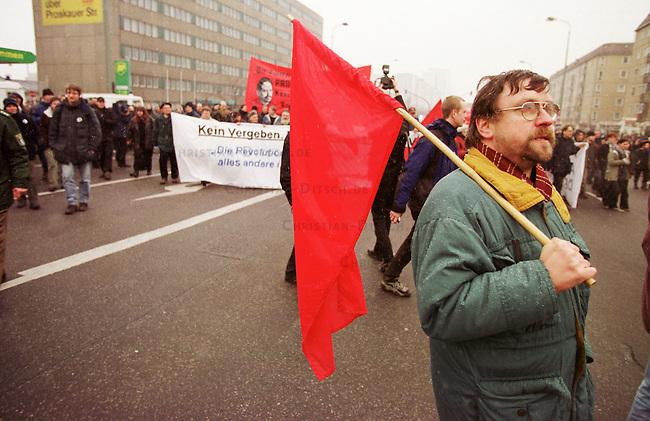 Zum Gedenken an die vor 81 Jahren am 15. Januar 1919 ermordeten Rosa Luxemburg und Karl Liebknecht kamen 80.000 Menschen zur Gedenkstaette der Sozialisten nach Berlin-Friedrichsfelde. Die Veranstaltung wurde von 2.000 Polizisten, darunter etliche Scharfschuetzen, gesichert.<br /> Am Wochenende zuvor wurde das Gedenken von Polizei und Innensenat wegen einer ominoesen Anschlagsdrohung verboten.<br /> Hier: Etwa 1.000 Teilnehmer einer Demonstration verschiedener linker Gruppen, Organisationen und Parteien zogen in einem Demonstrationszug zur Gedenkstaette. Motto der Demonstration: Kein Vergeben, Kein Vergessen, Kein Verbot. <br /> Berlin, 15.1.2000<br /> Copyright: Christian-Ditsch.de<br /> [Inhaltsveraendernde Manipulation des Fotos nur nach ausdruecklicher Genehmigung des Fotografen. Vereinbarungen ueber Abtretung von Persoenlichkeitsrechten/Model Release der abgebildeten Person/Personen liegen nicht vor. NO MODEL RELEASE! Nur fuer Redaktionelle Zwecke. Don't publish without copyright Christian-Ditsch.de, Veroeffentlichung nur mit Fotografennennung, sowie gegen Honorar, MwSt. und Beleg. Konto: I N G - D i B a, IBAN DE58500105175400192269, BIC INGDDEFFXXX, Kontakt: post@christian-ditsch.de<br /> Bei der Bearbeitung der Dateiinformationen darf die Urheberkennzeichnung in den EXIF- und  IPTC-Daten nicht entfernt werden, diese sind in digitalen Medien nach &sect;95c UrhG rechtlich gesch&uuml;tzt. Der Urhebervermerk wird gemaess &sect;13 UrhG verlangt.]