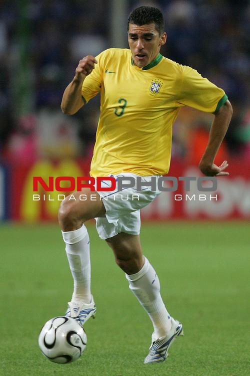FIFA WM 2006 -  Gruppe F Vorrunde ( Group AF)<br /> Play   #43 (22-Jun) - Japan vs Brasilien 1:4<br /> <br /> Lucio von Brasilien in Einzel Aktion.<br /> Lucio treibt den Ball nach vorne.<br /> <br /> Foto &copy; nordphoto