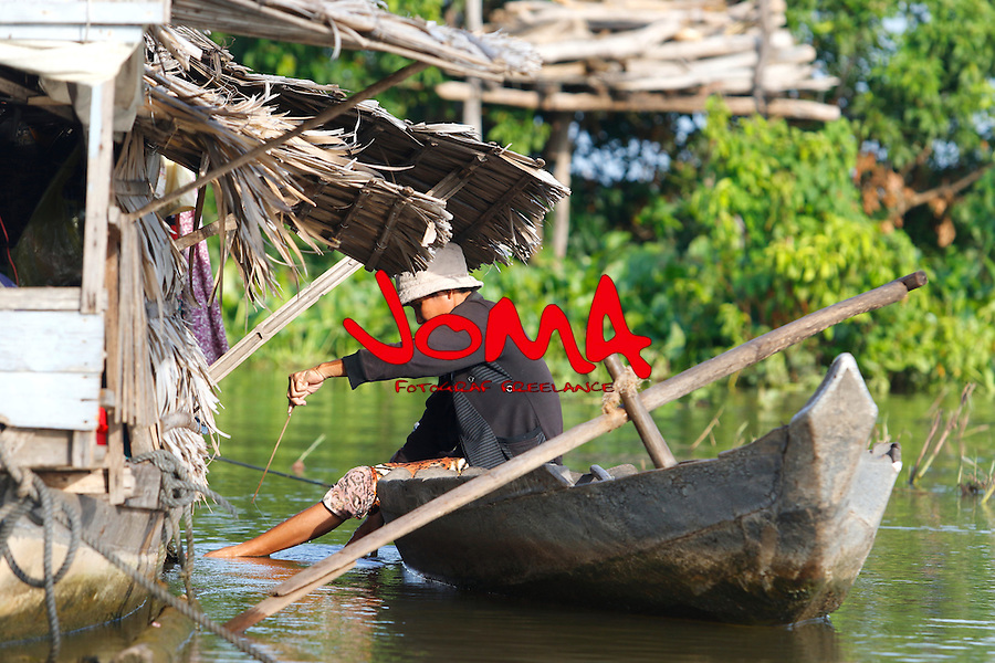 FISHERMAN IN CHONG KOS  FLOATING VILLAGES AT TONLE SAP RIVER