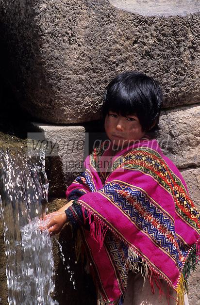 Amérique/Amérique du Sud/Pérou/Env de Cuzco : Indien buvant à la source sacrée du temple inca de Tambomachay