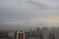 S&Atilde;O PAULO, SP, 18/06/2012, CLIMA TEMPO.<br /> <br /> S&atilde;o Paulo amanheceu com uma leve camada de neblina na manh&atilde; de hoje (18).<br /> <br />  Luiz Guarnieri/ Brazil Photo Press.