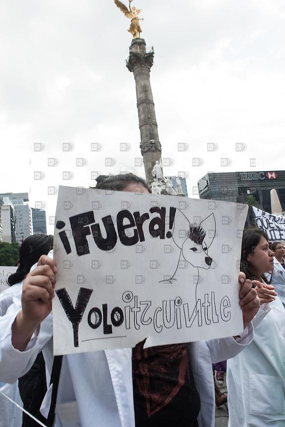 CIUDAD DE MEXICO, D.F. 30 de septiembre.- Miles de estudiantes Politécnico Nacional marcharón del casco de Santo Tomas a la Secretaria de Gobernación para pedir el cambio del reglamento del Politecnico Nacional, el 30 de septiembre de 2014.  FOTO: ALEJANDRO MELENDEZENDEZ
