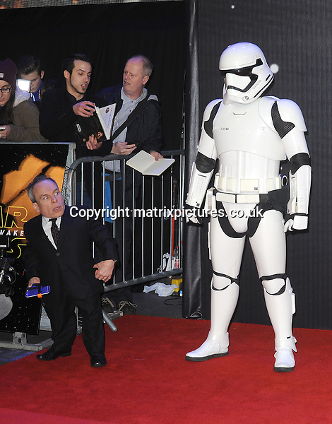 NON EXCLUSIVE PICTURE: PAUL TREADWAY / MATRIXPICTURES.CO.UK<br /> PLEASE CREDIT ALL USES<br /> <br /> WORLD RIGHTS<br /> <br /> English actor Warwick Davis attending the European Premiere of Star Wars: The Force Awakens in Leicester Square, in London.<br /> <br /> DECEMBER 16th 2015<br /> <br /> REF: PTY 153700