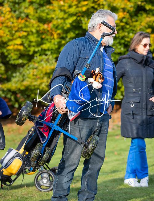 EEMNES - Opa draagt kar met tas. Finales National Golfsixes League, georganiseerd door PGA Holland.  COPYRIGHT KOEN SUYK