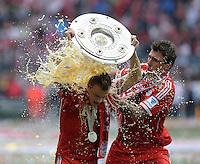Fussball 1. Bundesliga   Saison  2012/2013   34. Spieltag   FC Bayern Muenchen  - FC Augsburg     11.05.2013 JUBEL; Deutscher Meister 2012/2013 FC Bayern Muenchen Bierdusche; Mario Mandzukic (re) duscht Xherdan Shaqiri mit Schale