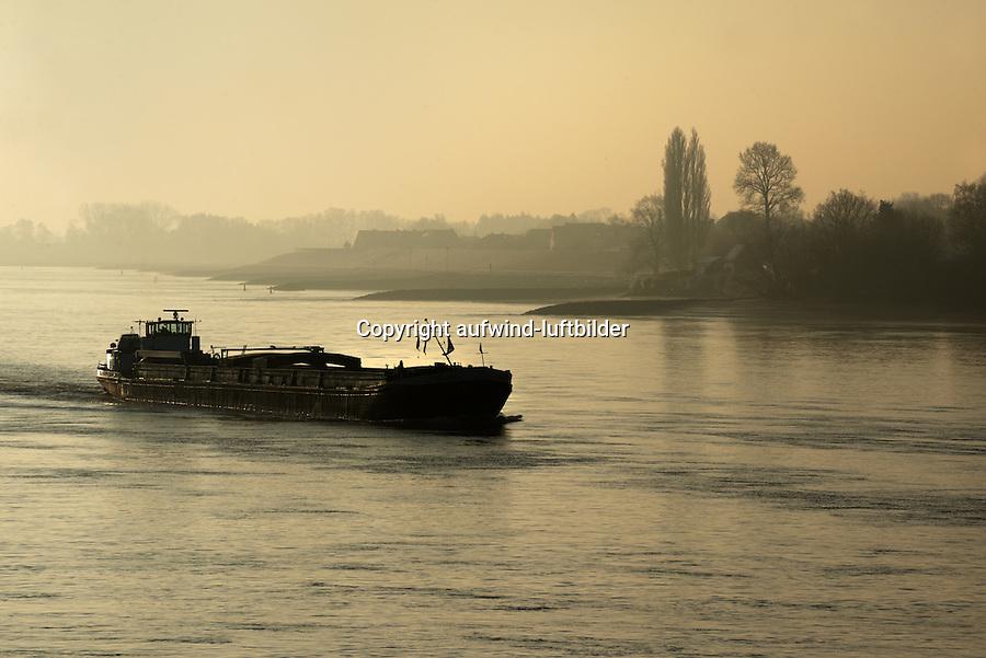 Binnenschiff auf der Elbe: EUROPA, DEUTSCHLAND, HAMBURG, (EUROPE, GERMANY), 22.01.2016: Binnenschiff auf der Elbe in den Vier und Marschlanden, Morgenstimmung