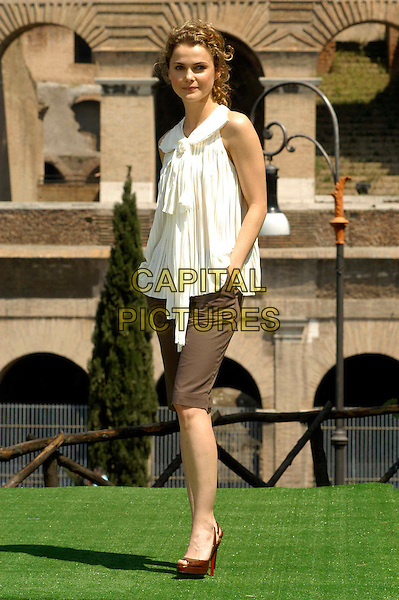 "KERI RUSSELL .Photocall for ""Mission Impossible 3"" at the Colosseum, Rome, Italy..April 24th, 2006                   .Ref: CAV.full length white top cropped trousers brown.www.capitalpictures.com.sales@capitalpictures.com.© Capital Pictures."