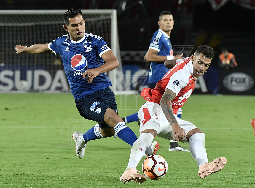 BOGOTÁ - COLOMBIA, 18-09-2018: Yeison Gordillo (Der) jugador de Independiente Santa Fe disputa el balón con David Macalister Silva (Izq) jugador de Millonarios durante partido de ida por los octavos de final de la Copa CONMEBOL Sudamericana 2018 jugado en el estadio Nemesio Camacho El Campín de la ciudad de Bogotá. / Yeison Gordillo (R) player of Independiente Santa Fe vies for the ball with David Macalister Silva (L) player of Millonarios during first leg match for the eight finals of CONMEBOL Sudamericana 2018 cup played at Nemesio Camacho El Campin stadium in Bogotá city.  Photo: VizzorImage / Gabriel Aponte / Staff