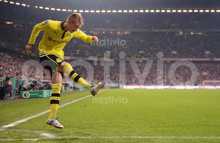 FUSSBALL  DFB-POKAL  VIERTELFINALE  SAISON 2012/2013    FC Bayern Muenchen - Borussia Dortmund       27.02.2013 Marco Reus (Borussia Dortmund) beim Eckball zurecht