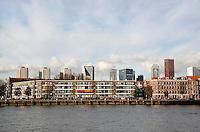 Rotterdam- Het Noordereiland in de Maas. Op de achtergrond de hoogbouw van het centrum