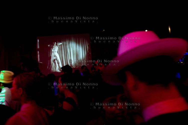 Milano: amanti del burlesque prima di uno spettacolo di burlesque