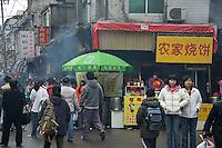 Une rue de Shanghai à l'heure de la sortie des classes..Shanghai, février 2006.