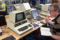 Freunde klassischer Computer befassen sich am Samstag (21.09.13) in Berlin waehrend dem Congress &quot;Classic Computing 2013 in Berlin - 10 Jahre VzEkC e.V.&quot; mit einem Commodore CBM Model 4032<br /> <br /> Foto:Axel Schmidt/CommonLens