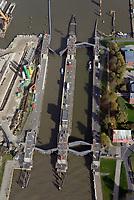 Alte Nord Ostseekanal Schleuse Brunsbuettell: EUROPA, DEUTSCHLAND, SCHLESWIG-HOLSTEIN, BRUNSBUETTEL , (EUROPE, GERMANY), 19.10.2018: Schleuse Nord-Ostseekanal von Brunsbuettel. Der Nord-Ostsee-Kanal (NOK; internationale Bezeichnung: Kiel Canal) verbindet die Nordsee (Elbmuendung) mit der Ostsee (Kieler Foerde). Diese Bundeswasserstra&szlig;e ist nach Anzahl der Schiffe die meistbefahrene kuenstliche Wasserstra&szlig;e der Welt.<br /> Der Kanal durchquert auf knapp 100 km das deutsche Bundesland Schleswig-Holstein von Brunsbuettel bis Kiel-Holtenau und erspart den etwa 900 km laengeren Weg um die Nordspitze Daenemarks durch Skagerrak und Kattegat.<br /> Die erste kuenstliche Wasserstra&szlig;e zwischen Nord- und Ostsee war der 1784 in Betrieb genommene und 1853 in Eiderkanal umbenannte Schleswig-Holsteinische Canal. Der heutige Nord-Ostsee-Kanal wurde 1895 als Kaiser-Wilhelm-Kanal eroeffnet und trug diesen Namen bis 1948.