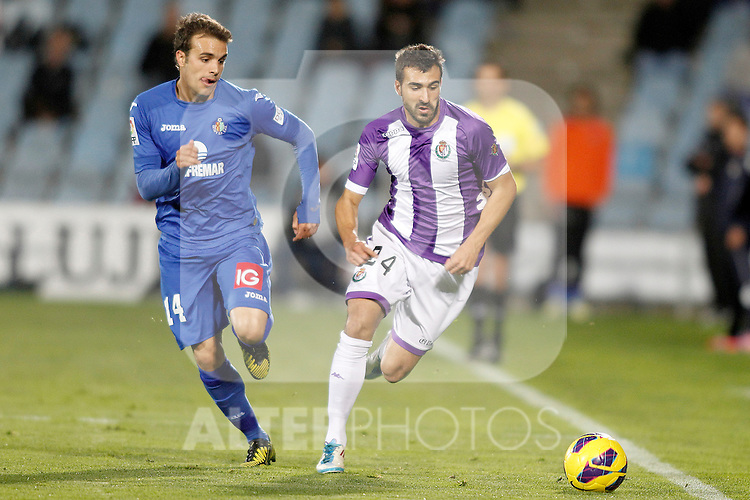 Getafe's Pedro Leon (l) and Real Valladolid's Mikel Balenziaga during La Liga match.November 18,2012. (ALTERPHOTOS/Acero)