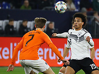 Leroy Sane (Deutschland Germany) gegen Frenkie De Jong (Niederlande) - 19.11.2018: Deutschland vs. Niederlande, 6. Spieltag UEFA Nations League Gruppe A, DISCLAIMER: DFB regulations prohibit any use of photographs as image sequences and/or quasi-video.