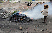 INDIEN Jharia Familien verkoksen gesammelte Kohle von Kohlefeldern der BCCL Ltd zum Verkauf als Koks auf dem Markt | .INDIA Jharkhand Jharia, families coke coal from coalfield of BCCL Ltd. to sell on the market for their  livelihood