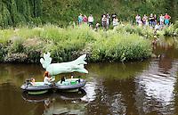 Nederland Den Bosch  2016 . De Bosch Parade op rivier de Dommel. De Bosch Parade is een evenement in 's-Hertogenbosch. De optocht bestaat uit varende kunstwerken. Alle werken zijn geïnspireerd op de kunst van Jheronimus Bosch. Vaartuig Better Half.  Foto  Berlinda van Dam / Hollandse Hoogte