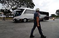 SÃO PAULO, SP, 05 DE MAIO DE 2013 - CAMPEONATO PAULISTA - SÃO PAULO x CORINTHIANS: Policial acompanha chegada do onibus do Corinthians  antes da partida São Paulo x Corinthians, válida pela semifinal do Campeonato Paulista de 2013, disputada no estádio do Morumbi em São Paulo. FOTO: LEVI BIANCO - BRAZIL PHOTO PRESS.