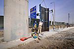 ALPHEN A/D RIJN - In Alphen aan den Rijn werkt GMB aan de omlegging van de provinciale N207 langs een nieuwe overslagterminal aan de Gouwe. Naast veel grondwerk bouwt het bedrijf ook in opdracht van provincie Zuid-Holland een nieuw viaduct over de N11. Het werk is onderdeel van een nieuwe gemeentelijke infrastructuur die tevens ruimte gaat beiden aan een nieuwe bedrijventerrein ten noorden van het in aanbouw zijnde terminal. COPYRIGHT TON BORSBOOM