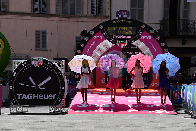 Podium girls representing the leaders jerseys on the start ramp before Stage 10 the Sagrantino Stage of the 100th edition of the Giro d'Italia 2017, an individual time trial running 39.8km from Foligno to Montefalco, Italy. 16th May 2017.<br /> Picture: LaPresse/Gian Mattia D'Alberto | Cyclefile<br /> <br /> <br /> All photos usage must carry mandatory copyright credit (&copy; Cyclefile | LaPresse/Gian Mattia D'Alberto)