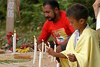 Criança acende vela no túmulo de irmã Dorothy Stang durante a cerimônia pelos seis meses de sua morte. Em segundo plano padre Amaro.<br />Anapú, Pará, Brasil<br />Foto Paulo Santos/Interfoto