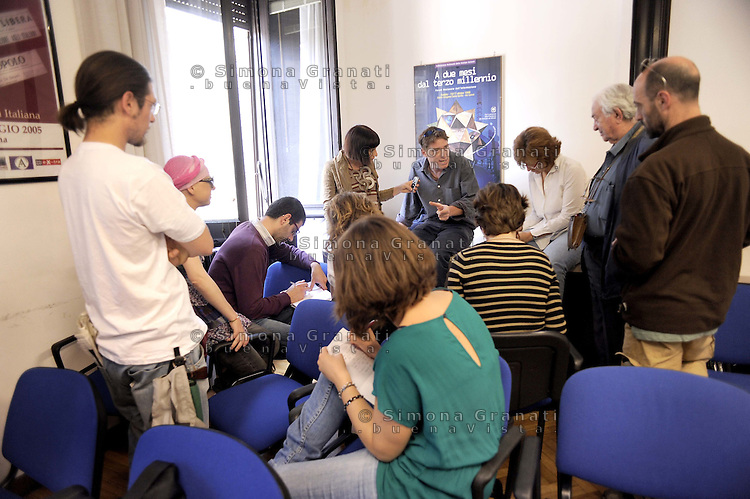 """Roma, 19 Maggio 2011.Conferenza stampa del convogllio Restiamo Umani """"Vik2Gaza"""" appena tornato in Italia. Il racconto della carovana di 80 persone che ha varcato il valico di Rafah per entrare a Gaza dall'Egitto il 12 Maggio e che per una settimana ha incontrato la popolazione e le associazioni con cui Vittorio Arrigoni lavorava..Il convoglio è stato intitolato a Vittorio Arrigoni"""