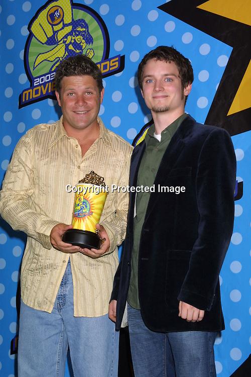 """©2003 KATHY HUTCHINS  / HUTCHINS PHOTO.""""2003 MTV MOVIE AWARDS"""".SANTA MONICA ,CA. MAY 31, 2003.SEAN ASTIN  AND ELIJAH WOOD"""