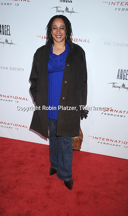 "S Epatha Merkerson..attending The Cinema Society and Columbia Pictures world premiere of ""The International"" on February 9, 2009 at ..the AMC Lincoln Square in New York City. Clive Owens and Naomi Watts are the stars of the movie. ....Robin Platzer, Twin Images"