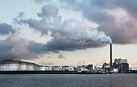 Nederland Amsterdam  2017.  Noordzeekanaal.  De haven van Amsterdam. J. V. Riebeeckhaven. Kolencentrale van Nuon aan de Hemweg. Foto Berlinda van Dam / Hollandse Hoogte