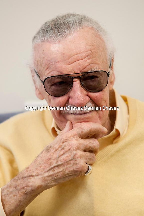 Querétaro, Qro. 6 de mayo de 2017.- Stanley Martin Lieber, mejor conocido como Stan Lee; productor, guionista y editor estadounidense, creador del Universo Marvel, durante una sesión fotográfica en la CONQUE, Convención internacional de cómics que se realiza en Querétaro.