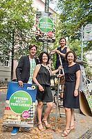 Die Berliner Gruenen starteten am Samstag den 30 Juli 2016 in den Straßen-Wahlkampf zur Agbeordnetenhauswahl im September 2016.<br /> Die Landesvorsitzenden Daniel Wesener (1.vl.) und Bettina Jarasch (2.vl) sowie die Fraktionsvorsitzenden Ramona Pop (1.vr.) und Antje Kapek (auf der Leiter) haengten im Prenzlauer Berg Wahlplakate auf.<br /> 30.7.2016, Berlin<br /> Copyright: Christian-Ditsch.de<br /> [Inhaltsveraendernde Manipulation des Fotos nur nach ausdruecklicher Genehmigung des Fotografen. Vereinbarungen ueber Abtretung von Persoenlichkeitsrechten/Model Release der abgebildeten Person/Personen liegen nicht vor. NO MODEL RELEASE! Nur fuer Redaktionelle Zwecke. Don't publish without copyright Christian-Ditsch.de, Veroeffentlichung nur mit Fotografennennung, sowie gegen Honorar, MwSt. und Beleg. Konto: I N G - D i B a, IBAN DE58500105175400192269, BIC INGDDEFFXXX, Kontakt: post@christian-ditsch.de<br /> Bei der Bearbeitung der Dateiinformationen darf die Urheberkennzeichnung in den EXIF- und  IPTC-Daten nicht entfernt werden, diese sind in digitalen Medien nach §95c UrhG rechtlich geschuetzt. Der Urhebervermerk wird gemaess §13 UrhG verlangt.]