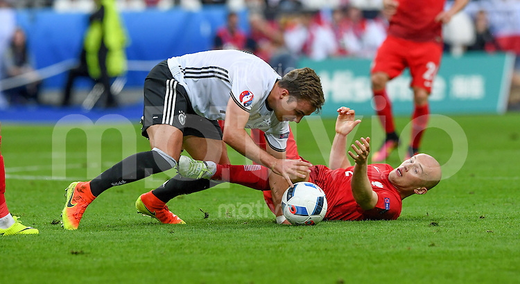 FUSSBALL EURO 2016 GRUPPE C IN PARIS Deutschland - Polen    16.06.2016 Michal Pazdan (re, Polen) gegen Mario Goetze (li, Deutschland)