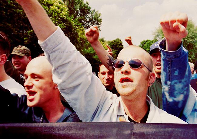 350 bis 400 Mitglieder und Sympatiesanten der Republikaner kamen zu einer Anti-Eurokundgebung nach Saarbruecken. Ebenfalls anwesend waren ca. ein Dutzend Mitglieder des rechtsextremen belgischen Vlaams Blok und vereinzelt auch Mitglieder des Front National aus Frankreich.<br /> Hier: Mitglieder der Kameradschaft Horst Wessel - Saarlouis/Lautern versuchen die Veranstaltung zu stoeren. Die Republikaner seien Verraeter am Deutschen Volk.<br /> 30.5.1998, Saarbruecken<br /> Copyright: Christian-Ditsch.de<br /> [Inhaltsveraendernde Manipulation des Fotos nur nach ausdruecklicher Genehmigung des Fotografen. Vereinbarungen ueber Abtretung von Persoenlichkeitsrechten/Model Release der abgebildeten Person/Personen liegen nicht vor. NO MODEL RELEASE! Nur fuer Redaktionelle Zwecke. Don't publish without copyright Christian-Ditsch.de, Veroeffentlichung nur mit Fotografennennung, sowie gegen Honorar, MwSt. und Beleg. Konto: I N G - D i B a, IBAN DE58500105175400192269, BIC INGDDEFFXXX, Kontakt: post@christian-ditsch.de<br /> Bei der Bearbeitung der Dateiinformationen darf die Urheberkennzeichnung in den EXIF- und  IPTC-Daten nicht entfernt werden, diese sind in digitalen Medien nach &sect;95c UrhG rechtlich geschuetzt. Der Urhebervermerk wird gemaess &sect;13 UrhG verlangt.]