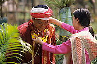 """Asie/Thaïlande/Env de Chiang Mai : Réception à la """"Mae Sa Valley Resort"""" - Mlle Tuene Jai offre des colliers de fleurs aux invités"""
