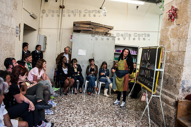 """Trani - Carcere femminile. La sartoria dove le detenute lavorano al marchio """"Made in Carcere"""". Il progetto """"MAde in carcere"""" viene spiegato ad alcuni giornalisti in visita.."""