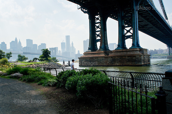 New York, Brooklyn, June 2011:.Man alone, reflecting by the Manhattan Bridge in DUMBO district, Brooklyn, with the Manhattan view behind..(Photo by Piotr Malecki / Napo Images..Nowy Jork, Brooklyn, Czerwiec 2011:.Brooklyn. Mezczyzna kolo mostu Manhattan Bridge, w tele widok Manhattanu..Fot: Piotr Malecki / Napo Images...