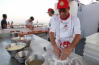 un Pizzaiolo prepara una pizza  il 14° Campionato mondiale dei Pizzaiuoli   festival della pizza sul lungomare di Napoli