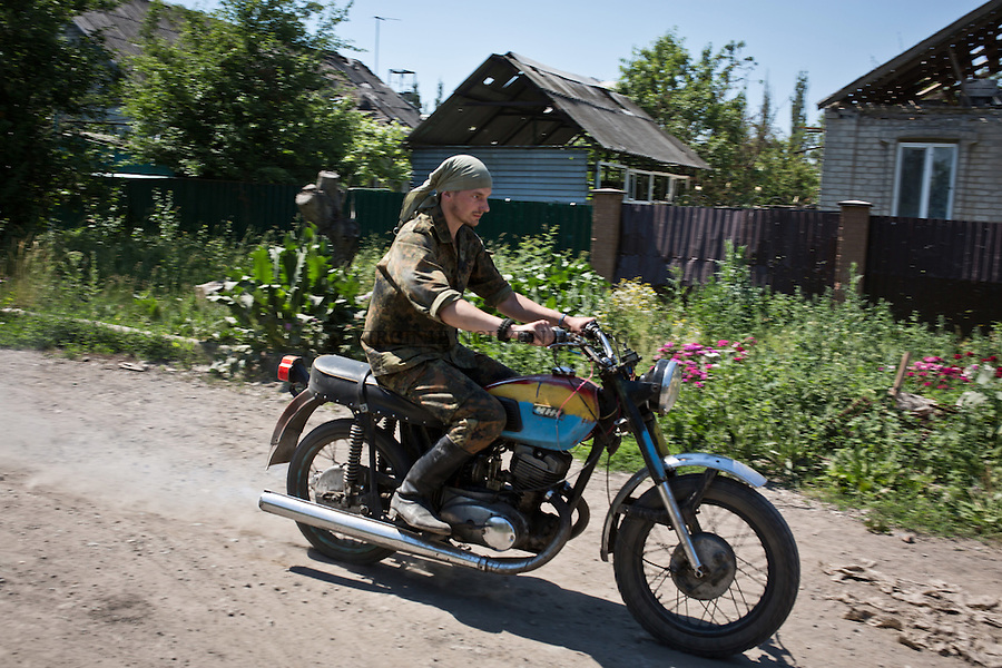 UKRAINE, Pisky: Dan is riding a motorbike that he has build himself with spares parts he found inside the village of Pisky. &quot;This motorbike is really usefull in case of emergency on the frontline, we can quickly go with two people bringing ammunitions for example without waiting for a car&quot; says Dan.<br />