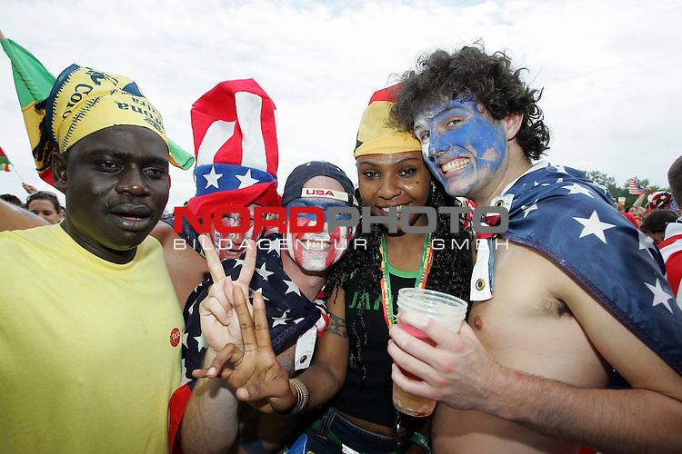 FIFA WM 2006 -  Fan Meile Nuernberg<br /> <br /> <br /> <br /> USA - Ghana<br /> <br /> <br /> <br /> USA und Ghana Fans feiern zusammen am Volksfestplatz.<br /> <br /> <br /> <br /> Foto: nordphoto