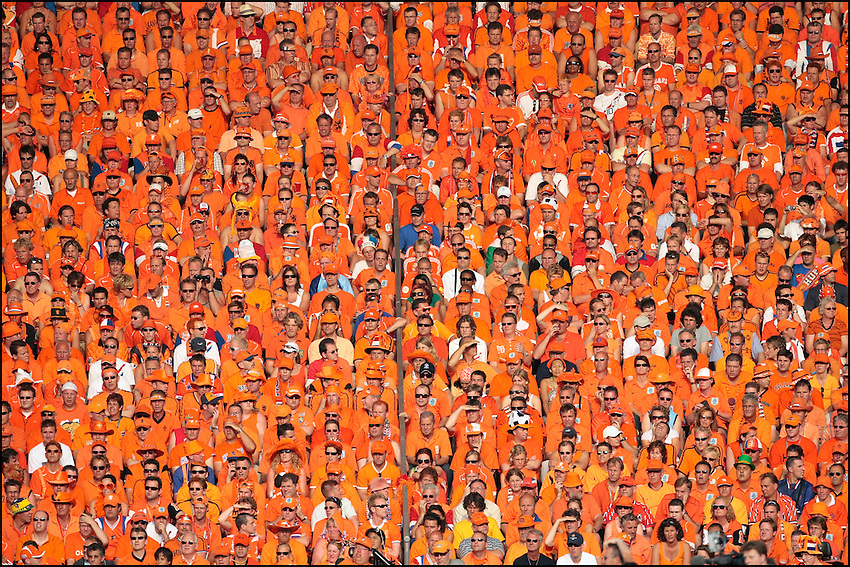 Duitsland, Stuttgart, 26-06-2006. WK Voetbal 2006, WC 2006, foto: Michael Kooren/HH Een vak vol supporters Nederlands elftal. Oranjesupporters .