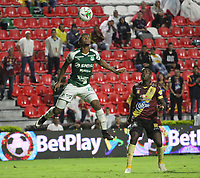 IBAGUÉ- COLOMBIA,13-05-2019:Marco Perez (Der.) jugador del Deportes Tolima disputa el balón con Darwin Andrade (Izq.) jugador del  Deportivo Cali  durante el primer  partido de los cuadrangulares finales de la Liga Águila I 2019 jugado en el estadio Manuel Murillo Toro de la ciudad de Ibagué. /Marco Perez (R) player of Deportes Tolima fights the ball  against ofDarwin Andrade (L) player of Deportivo Cali  during the firts match for the quarter finals B of the Liga Aguila I 2019 played at the Manuel Murillo Toro stadium in Ibague city. Photo: VizzorImage / Felipe Caicedo / Staff