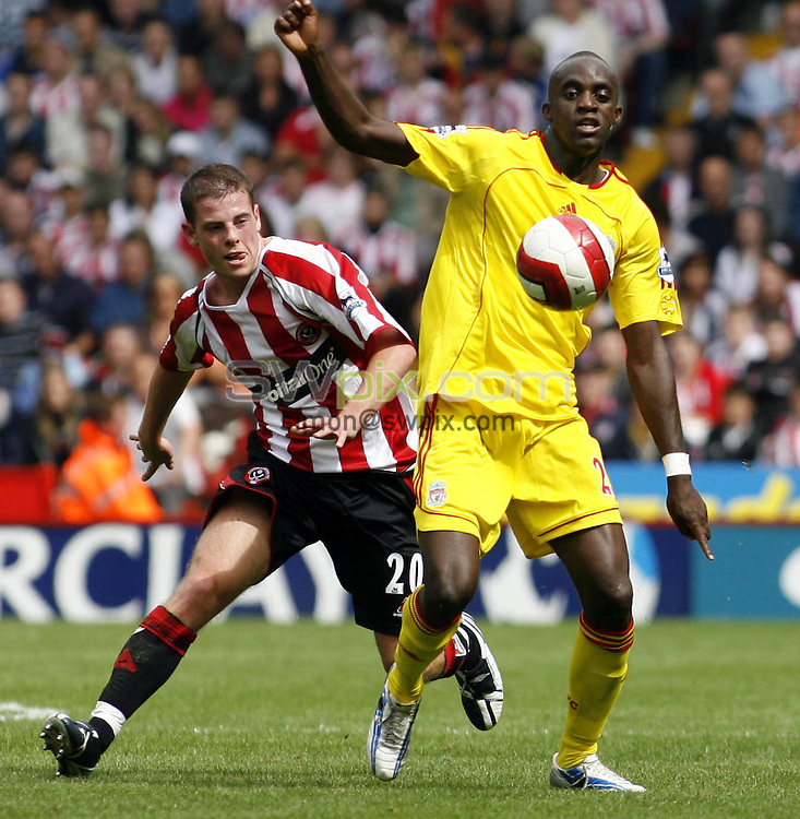Pix, Shaun Flannery/SWpix. Barclays Premiership. Sheffield United v Liverpool, 19.08.2006...COPYRIGHT PICTURE>>SIMON WILKINSON>>01943 - 608782>>..Liverpool's Momo Sissoko holds off beats United's Chris Armstrong.