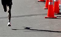 BOGOTA – COLOMBIA – 15-03-2014: Daniel Muteti, de Kenya, con un tiempo de 30 minutos con 23 segundos, se impuso en la tercera versión del Avianca RunTour 2015, cerca de 10000 atletas participaron, por las calles de Bogota. Avianca impulsado a promover el atletismo como deporte universal, al tiempo contribuye a la salud de los niños de escasos recursos económicos que requieren atención medica y quirúrgica especializada, es asi como Avianca entrega a la Fundacion Cardio Infantil los dineros recaudados para la dotación de la Unidad de Cuidados Intensivos de Neonatos. / Daniel Muteti, of Kenya, with 30 minutes and 23 segunds, won the third version of Avianca RunTour 2015, nearly 10,000 athletes participated, through the streets of Bogota. Avianca driven to promote athletics as universal sport, while contributing to the health of children of low income who require specialized medical and surgical care, is also Avianca delivery to the Fundacion Cardio Infantil, the monies raised for the endowment of the unit Neonatal Intensive Care. Photo: VizzorImage / Luis Ramirez / Staff.