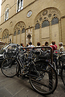 Ciclisti a Firenze. Cyclists in Florence.Parcheggio di biciclette. Parking of bicycles..