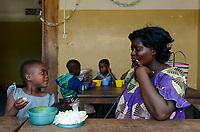 TOGO, Lome, Zentrum DZIDUDU der Organisation BNCE (Bureau National Catholique de l'Enfance) zur Betreuung von Lastentraegerinnen und Marktfrauen und deren Kindern, KIndergarten, Muetter holen ihre Kinder ab, essen zusammen