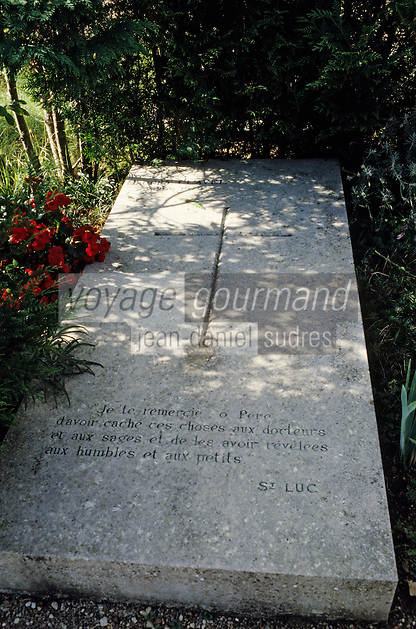 Europe/France/89/Yonne/Vézelay : Cimetière - Détail de la tombe de Maurice Clavel