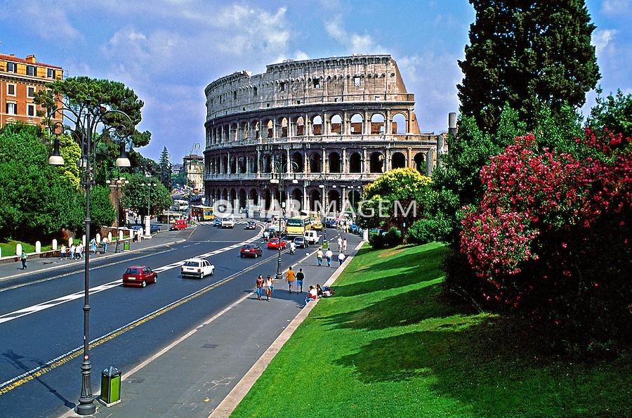 Ruínas do Coliseu na cidade de Roma. Itália. 1998. Foto de Juca Martins.