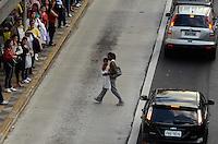 SAO PAULO, 02 DE AGOSTO DE 2012 - CENA DO DIA - Mulher faz travessia na faixa de onibus na Avenida Reboucas sentido bairro na tarde desta quinta feira, regiao central da capital. FOTO: ALEXANDRE MOREIRA - BRAZIL PHOTO PRESS